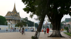 People in front of the Moonlight Pavilion and Royal Palace in Phnom Penh Stock Footage