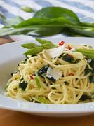 Spagetti aglio olio peperoncino with wild garlic Stock Photos