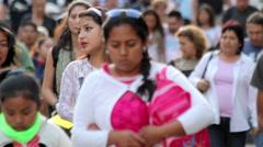 Crowd walking in Chapultepec park. Stock Footage
