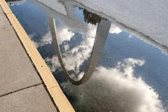 USA, Missouri, St. Louis, Gateway Arch reflected in a puddle Kuvituskuvat