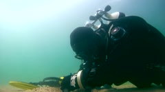 Diver with the metal detector - underwater searching Stock Footage