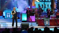 S.Pavliashvili sings at State Kremlin Palace at award ceremony Fiddler Stock Footage