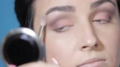 15apply eye shadow Stock Footage
