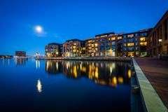 The full moon over a waterfront apartment building in Fells Point, Baltimore, Stock Photos