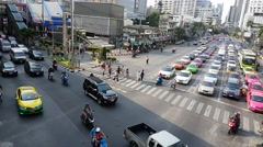 Bangkok traffic light cross road asoke Stock Footage