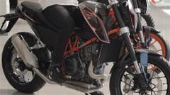 Buyer examines motorbike Stock Footage