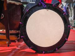 Group of japanese musicians are playing on Taiko drums. Kuvituskuvat
