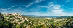 Scenic view of ancient hilltop village of Gordes in Provence, Fr Stock Photos