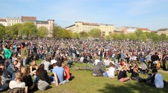 Many people in park during labor day / may day in Berlin, kreuzberg Stock Footage