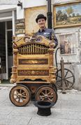 Street performer and his old music box Kuvituskuvat