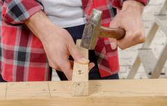 Carpenter hammer a nail Kuvituskuvat