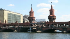 Tourist boat driving on Spree River at Oberbraumbruecke in Berlin Stock Footage