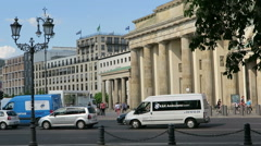 Traffic in the city of berlin at Brandenburger tor. Stock Footage