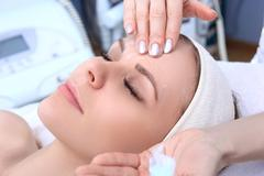 Cleansing peeling at the beauty salon. Stock Photos