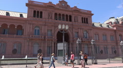 Buenos Aires, tourists visit the Casa Rosada, Plaza de Mayo, Argentina Stock Footage