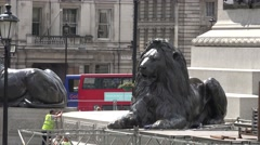 Lion statue zoom out at trafalgar square in summer Stock Footage