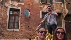 Tourist Couple Sightseeing Traveling Gondola Enjoying Vacation Together Venice Stock Footage