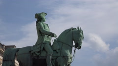 4k Equestrian statue close up and zoom out city centre Stock Footage