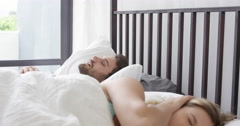 A girlfriend can't sleep because of his boyfriend who snore to loudly Arkistovideo