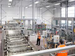 Factory workers in bottling plant Kuvituskuvat