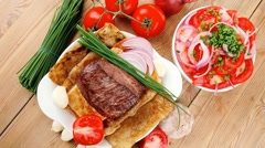 Food : roasted fillet mignon on bread with tomatoes salad Stock Footage
