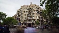 Hyperlapse approaching the facade of Casa Mila, La Pedrera, in Barcelona. Stock Footage