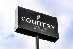 Country Inn and Suites Exterior Sign and Logo Stock Photos
