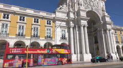 Lisbon sightseeing tour bus, Commercial Square, Rua Augusta Arch, Portugal Stock Footage