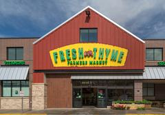 Fresh Thyme Farmers Market Exterior and Logo Stock Photos