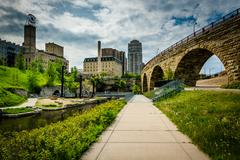 Walkwak and The Stone Arch Bridge at Mill Ruins Park, in downtown Minneapolis Kuvituskuvat