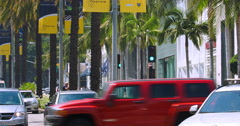 Tourists on Rodeo Drive and traffic in Beverly Hills, Los Angeles, California Stock Footage