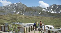 Hikers exploring, Hatcher Pass, Matanuska Valley, Palmer, Alaska, USA Stock Photos