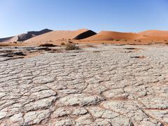 Walk through the sand, Deadvlei, Sossusvlei, Namib Naukluft Park, Namibia Stock Photos