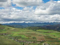 Drive from Shangri-La to Lijiang, green landscape in China Stock Photos