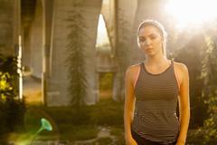 Jogger sullen under arch bridge, Arroyo Seco Park, Pasadena, California, USA Stock Photos