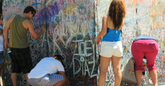People writing messages on Orlando nightclub shooting memorial Denver, CO 4K Arkistovideo