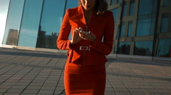 Businwsswoman answering call Stock Footage
