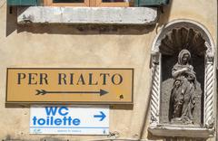 Direction sign to Rialto in Venice - VENICE, ITALY - JUNE 29, 2016 - stock photo
