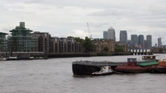 Time lapse River Thames boat traffic with Canary Wharf in Background Stock Footage