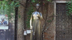 Statue of Juliet in Verona - Casa di Giulietta Stock Footage