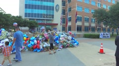 Dad w/ young son paying tribute to fallen officers at Dallas Police headquarters Stock Footage
