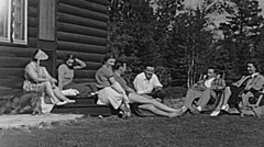 USA 1943: group of friends relaxing in a mountain hut Stock Footage