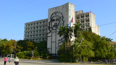 Hava Cuba Haba traffic and old car at Che government building mural in Stock Footage