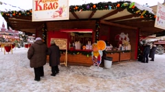 Food stores with kvas, fried chestnuts, sandwitches, hot drinks. Christmas fair Stock Footage