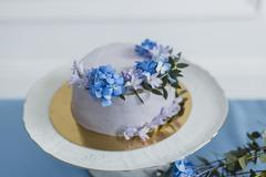 Wedding decorations with cake and beautiful flowers Kuvituskuvat