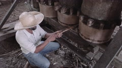 Ancient method to squeeze sugar cane Arkistovideo