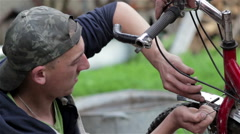 Mountain bike repairs Stock Footage
