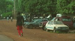 Rallenty. Video shots from a car to a market in Mali. Stock Footage