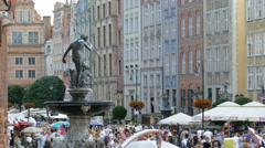 Famous Neptune fountain and crowd of  tourists in the old town in Gdansk - stock footage