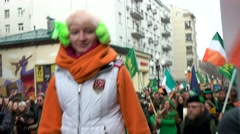 Green-orange costumes, dancing Kaylee, shamrocks. The parade on the Arbat Stock Footage
